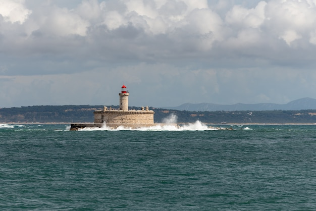 Phare sur petite île en mer - le fort de sao lourenco do bugio