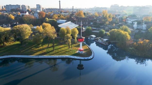 Phare. phare sur la rivière. du drone.