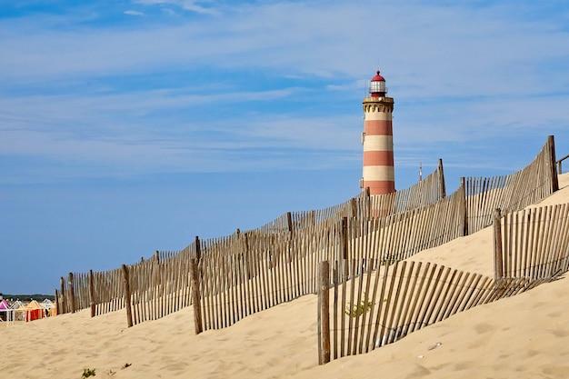 Phare de praia da barra et clôture des dunes pour contrôler l'érosion éolienne et favoriser la stabilité des dunes