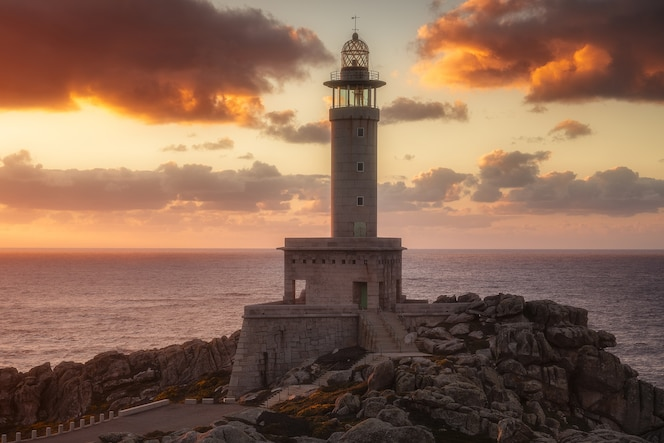 Phare de punta nariga en galice, espagne au coucher du soleil