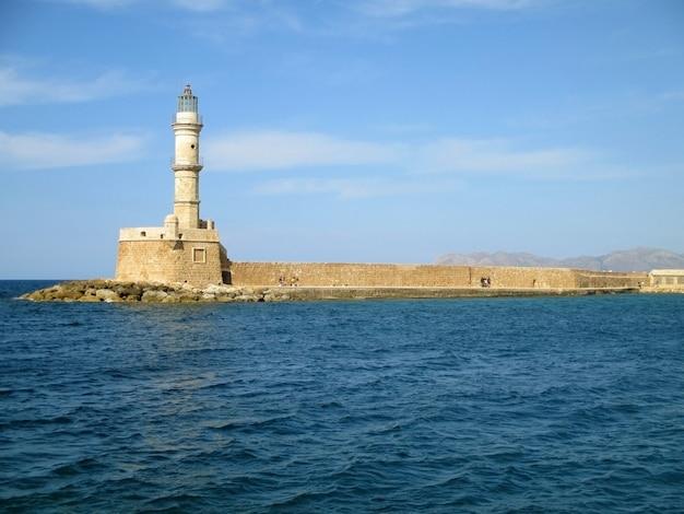 Le phare vénitien de la canée, monument historique du vieux port de la canée, crète, grèce