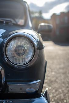 Phare en verre rond sur une vieille voiture