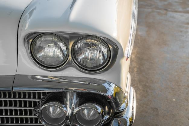 Phare d'une voiture ancienne. (filtré image traitée millésime