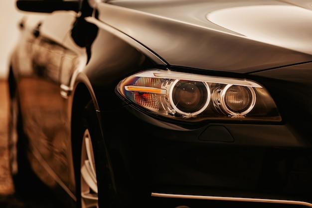 Phare de voiture noire prestigieuse moderne se bouchent.