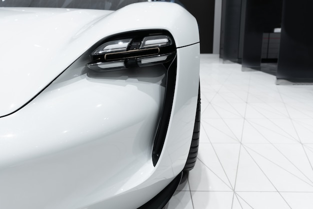 Phare de voiture prestigieuse moderne se bouchent.