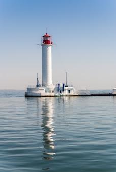 Phare de vorontsov dans le port d'odessa en ukraine