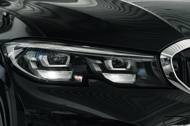 Phares d'une nouvelle voiture de luxe blanche close up