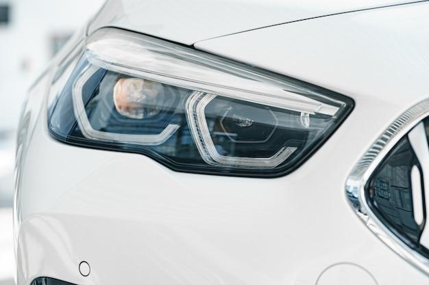 Phares d'une nouvelle voiture de luxe blanche