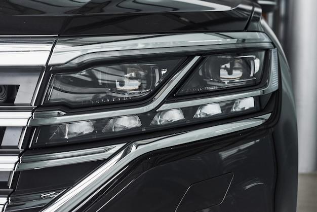 Les phares d'une nouvelle voiture noire prestigieuse moderne.