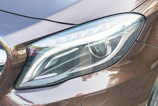 Les phares d'une voiture