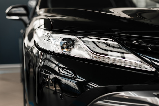 Phares de voitures modernes et de luxe. détail extérieur de la voiture noire. .