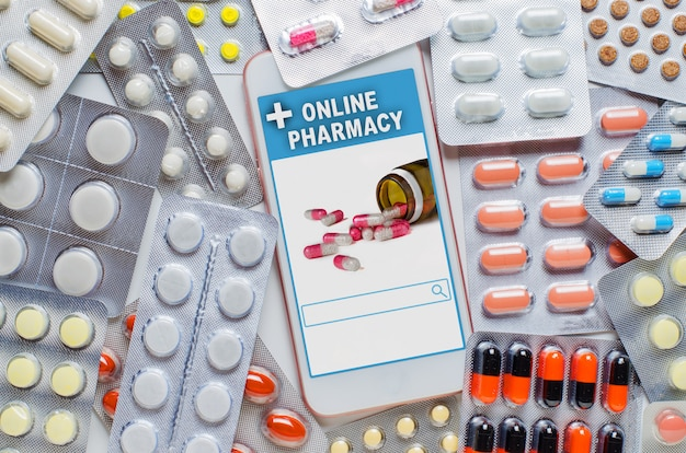 Pharmacie en ligne. application sur votre smartphone pour la commande en ligne de médicaments. beaucoup de pilules. le concept de choix pratique des médicaments