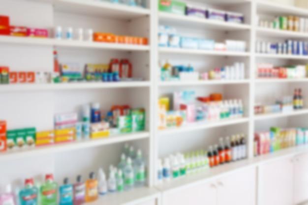 La pharmacie de la pharmacie brouille l'arrière-plan abstrait avec des médicaments et des produits de santé sur les étagères