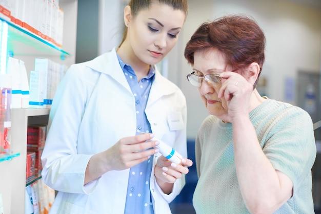 Pharmacien aidant une femme adulte âgée à faire du shopping