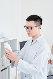 Pharmacien avec conteneur de comprimés