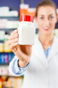 Pharmacien femme dans sa pharmacie