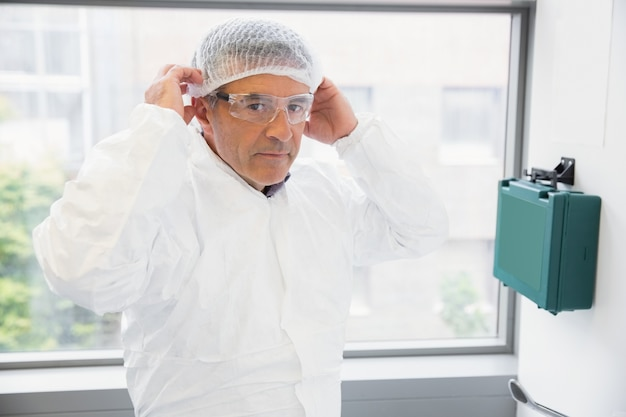 Pharmacien mettant sur son filet