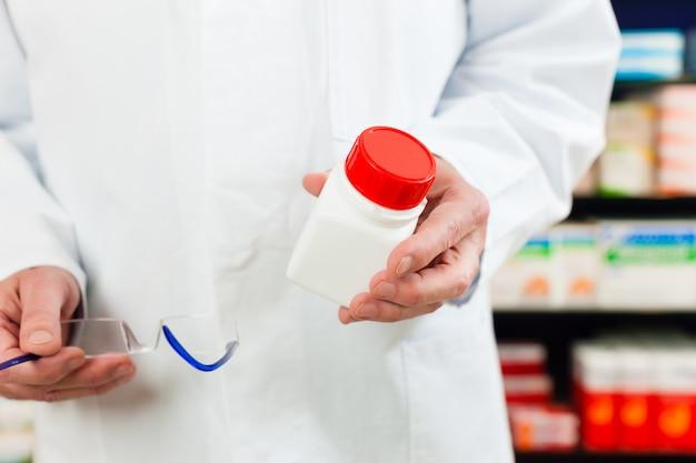 Pharmacien en pharmacie avec médicament