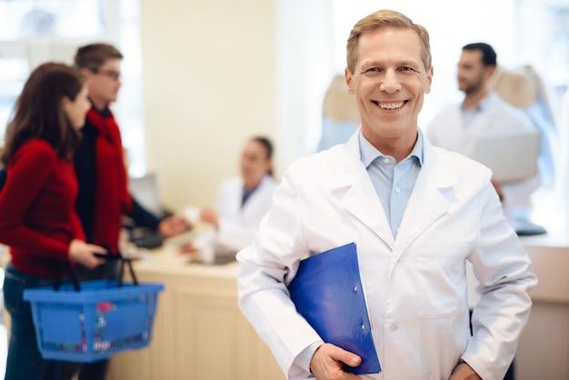 Un pharmacien posant devant la caméra.