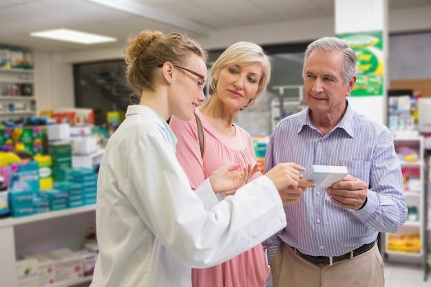 Pharmacien et ses clients parlent de médicaments