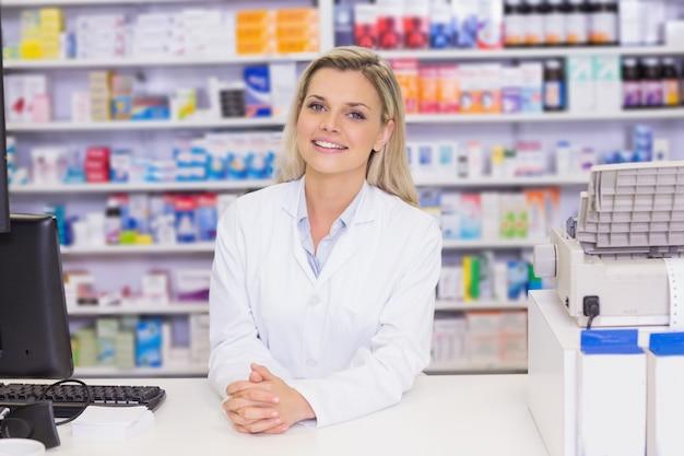 Pharmacien souriant à la caméra