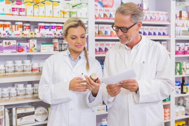 Pharmacien et stagiaire discutant de médicaments