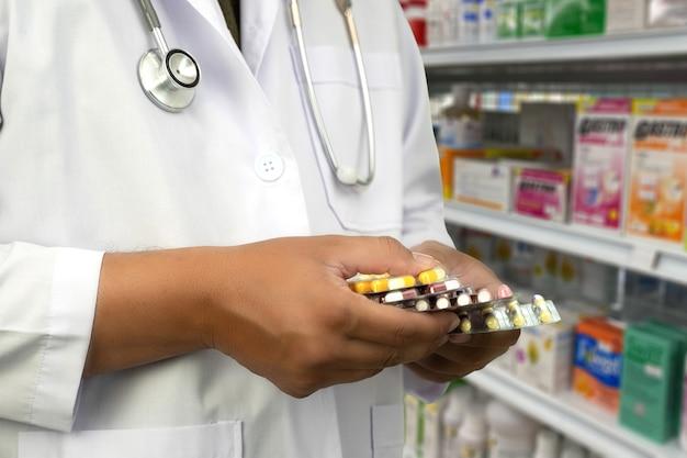 Pharmacien travaillant