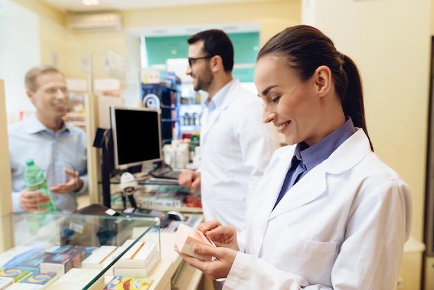 Une pharmacienne envisage d'emballer des pilules.