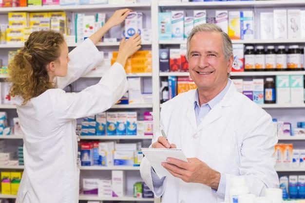 Des pharmaciens à la recherche de médicaments sur ordonnance à la pharmacie de l'hôpital