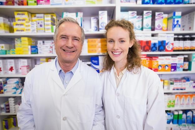 Pharmaciens regardant la caméra