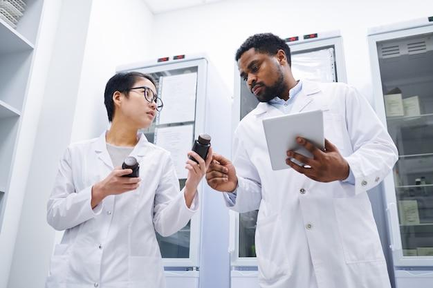 Les pharmaciens tiennent des registres dans la salle d'entreposage médical