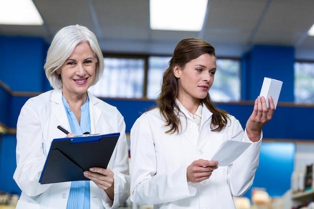 Pharmaciens vérifiant et écrivant une ordonnance de médicaments