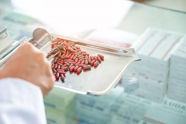 Les pharmaciens vérifient à la pharmacie