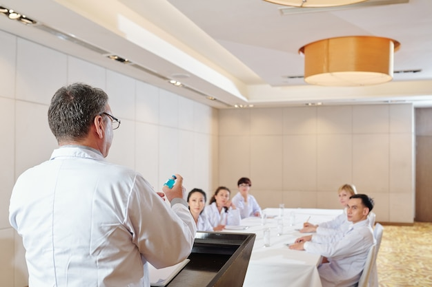 Un pharmacologue parle du nouveau vaccin contre le covid-19 lors d'une conférence avec de jeunes spécialistes
