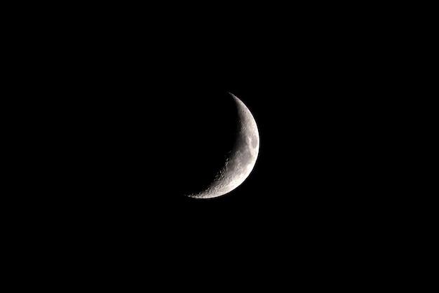 Phase de croissance de la lune dans le ciel sombre