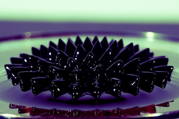 Phénomène de fluide ferromagnétique vue de face