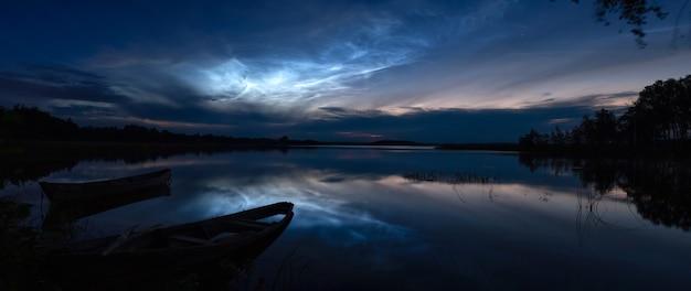 Phénomène météorologique rare - nuages brillants et nocturnes (nuages brillants de nuit)