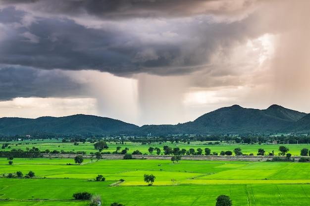 Phénomène de tempête il pleut dans les champs de montagne