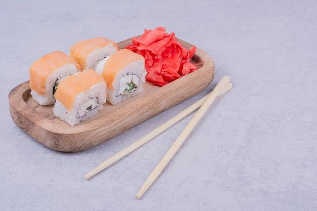 Philadelphia roule au saumon et au gingembre mariné rouge.