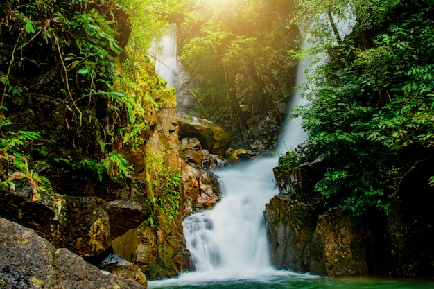 Phlio cascade dans le parc national de namtok phlio