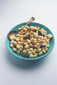Phool makhana chivda est une collation saine et croustillante d'inde, parfaite pour l'heure du thé. servi dans un bol ou une assiette. mise au point sélective