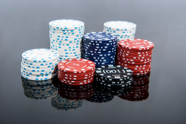 Photo abstraite de casino. jeu de poker sur fond rouge. thème du jeu.