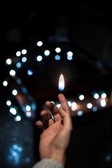 Photo abstraite où les mains et les lumières apparaissent