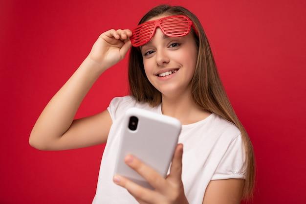 Photo d'un adolescent souriant attrayant et positif portant une tenue élégante et décontractée