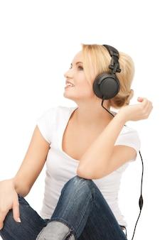 Photo d'une adolescente heureuse dans de gros écouteurs