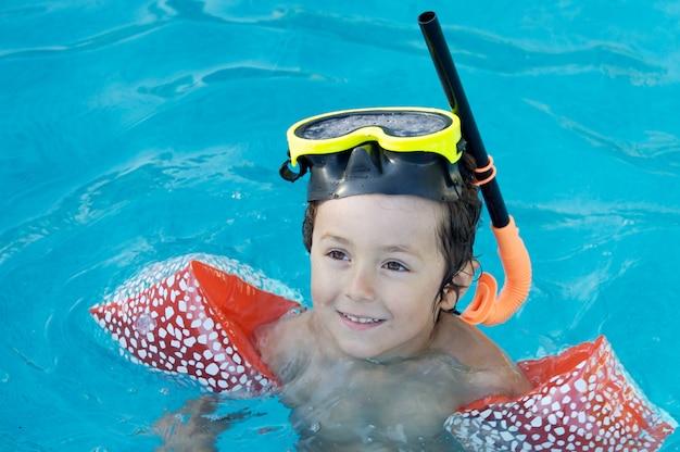 Photo d'un adorable garçon qui apprend à nager