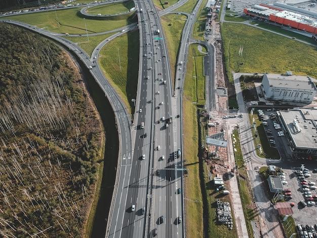 Photo aérienne autoroute, échangeur, voiture, forêt. saint petersburg, russie