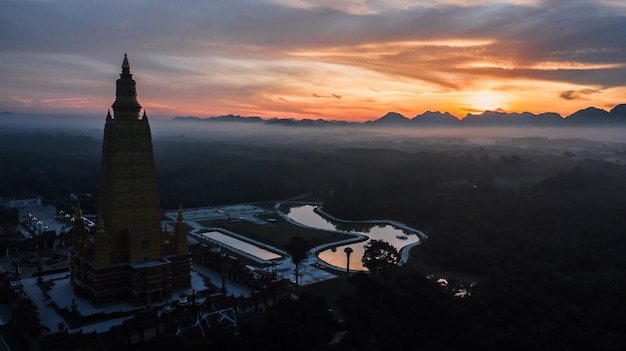 Photo aérienne de beaux temples dans l'atmosphère du matin, thaïlande.