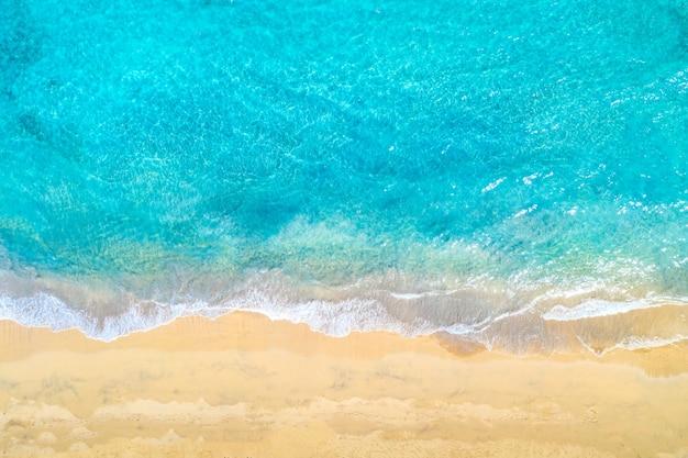 Photo aérienne du bord de mer de l'océan avec de l'eau turquoise et des vagues de la mer