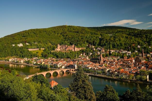 Photo aérienne du magnifique état du bade-wurtemberg en allemagne entouré de collines couvertes de verdure